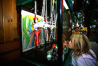 Una bambina nel parco giochi di Collodi dedicato a Pinocchio