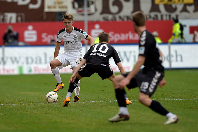 GER - Sandhausen, Germany, March 19: During the 2. Bundesliga soccer match between SV Sandhausen (white) and FC ST. Pauli (grey) on March 19, 2016 at Hardtwaldstadion in Sandhausen, Germany. (Photo by Dirk Markgraf / www.265-images.com) *** Local caption *** Marco Thiede #7 of SV Sandhausen, Christopher Buchtmann #10 of FC St. Pauli