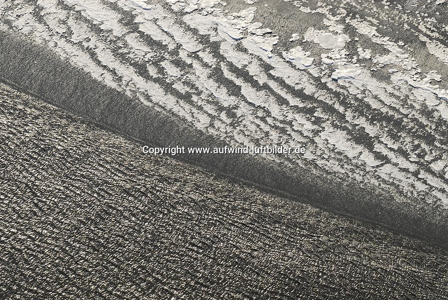 4415/Eis: EUROPA, DEUTSCHLAND, SCHLESWIG- HOLSTEIN 22.01.2006 Eis an der Elbe. Durch die Gezeiten werden bei Flut die sich gebildeten Eisschollen am Strand abgelagert, Bizarre Formen der Eisschollen am Elbstrand. Wellen auf der Elbe.
