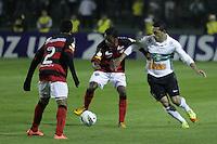 CURITIBA, PR, 23 DE MAIO DE 2012 – CORITIBA X VITÓRIA – Roberto (d), do Coritiba, e Marquinhos, do Vitória, durante partida válida pelas quartas de finais da Copa do Brasil. O jogo aconteceu na noite de quarta-feira (23), no Couto Pereira. (FOTO: ROBERTO DZIURA JR./ BRAZIL PHOTO PRESS)