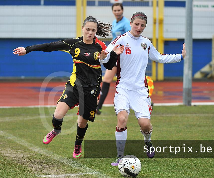 Russia U19 - Belgium U19 :  Jassina Blom aan de bal voor .Elina Samoilova (rechts).foto DAVID CATRY / Nikonpro.be