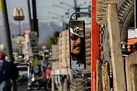 Francisco Nuñez  del equipo del equipo de  rastrilleros del departamento de vialidades lleva 20 años y da gracias a dios tener trabajo comentando que ¨es  lo que vale¨ a pesar de que en ocasiones se sufren las inclemencias del tiempo haga frío o calor. Espejo retrovisor, macdonalds