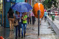 SÃO PAULO, SP, 04.11.2015- CLIMA-SP - Paulistanos se protegem da chuva na região central de São Paulo na tarde desta quarta-feira, 04. (Foto: Renato Mendes / Brazil Photo Press)