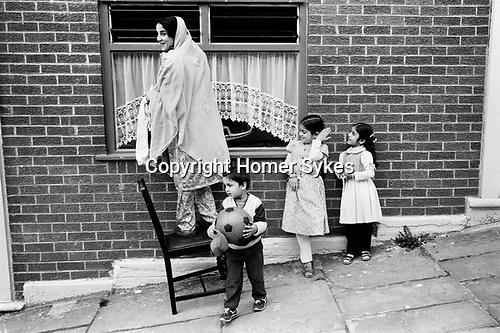 Asian mother and children Blackburn Lancashire 1983.<br /> <br /> My ref 29/4491/, 1983