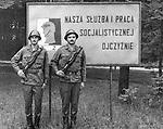 1978-lipiec-sierpień, Otwock - Orzysz. Szkoła Oficerów Rezerwy (SOR) obowiązkowe szkolenie wojskowe absolwentów wyższych uczelni cywilnych. Nz. Podchorążowie z radością fotografowali się na tle haseł propagandowych.