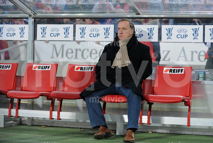 Fussball  International  UEFA Cup    Saison  2008/2009    26.02.2009 VfB Stuttgart   -  Zenit St. Petersburg             Zenit Trainer Dick Advocaat (NED) auf der Bank