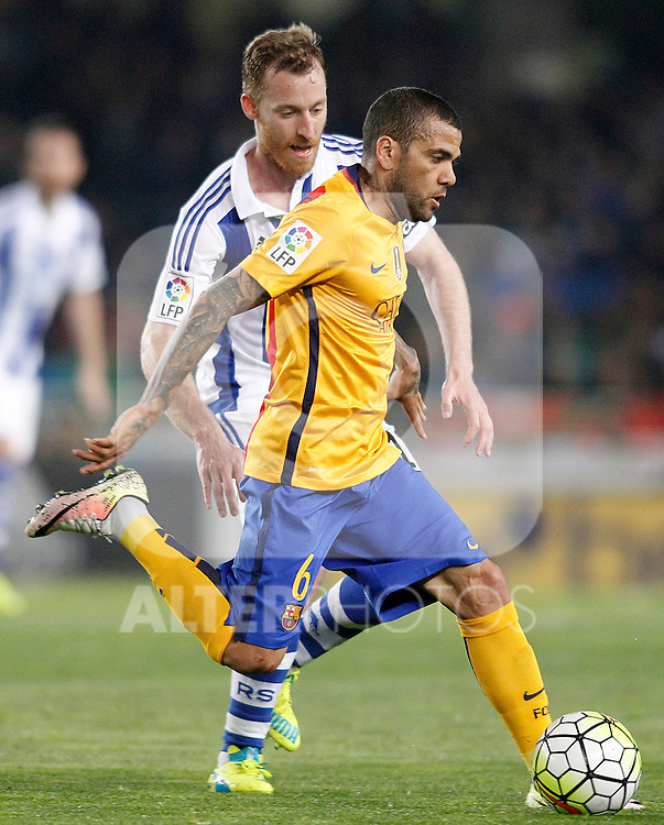Real Sociedad's David Zurutuza (l) and FC Barcelona's Dani Alves during La Liga match. April 9,2016. (ALTERPHOTOS/Acero)