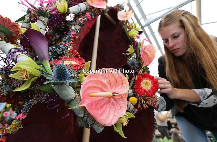 Foto: VidiPhoto<br /> <br /> LUTTELGEEST - In de Orchidee&euml;n Hoeve in Luttelgeest (Noordoostpolder) is donderdag voor de 50e keer het Nederlands Kampioenschap Bloemschikken voor amateurs van start gegaan. Zo'n 300 deelnemers van jong tot oud krijgen opdracht om rond het thema &quot;feest&quot; een bloemarrangement te maken. Organisator is de landelijke vereniging Groei &amp; Bloei. Donderdag beten studententeams van verschillende groenopleidingen het spits af. Vrijdag zijn amateurs en semi-professionals aan de beurt. De creaties zijn zaterdag en zondag te bewonderen. Bezoekers mogen de publieksprijs bepalen.