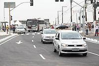 SAO PAULO, SP - 12.11.2014 - PONTE M' BOI MIRIM - Ponte M'Boi Mirim segue inacabada e confunde motoristas na região do Jd Capela, na zona sul de São Paulo na manhã desta quarta-feira (12). A ponte também é conhecida como Pte. do Capela e já teve pinchaações nos pontos de ônibus e na obra. Hoje o Prefeito Fernando Haddad inaugura a segunda parte das obras liberando as 6 faixas na ponte.<br /> <br /> (Foto: Fabricio Bomjardim / Brazil Photo Press)