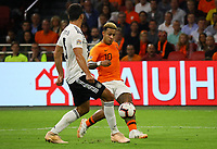 Memphis Depay (Niederlande) gegen Mats Hummels (Deutschland Germany) - 13.10.2018: Niederlande vs. Deutschland, 3. Spieltag UEFA Nations League, Johann Cruijff Arena Amsterdam, DISCLAIMER: DFB regulations prohibit any use of photographs as image sequences and/or quasi-video.