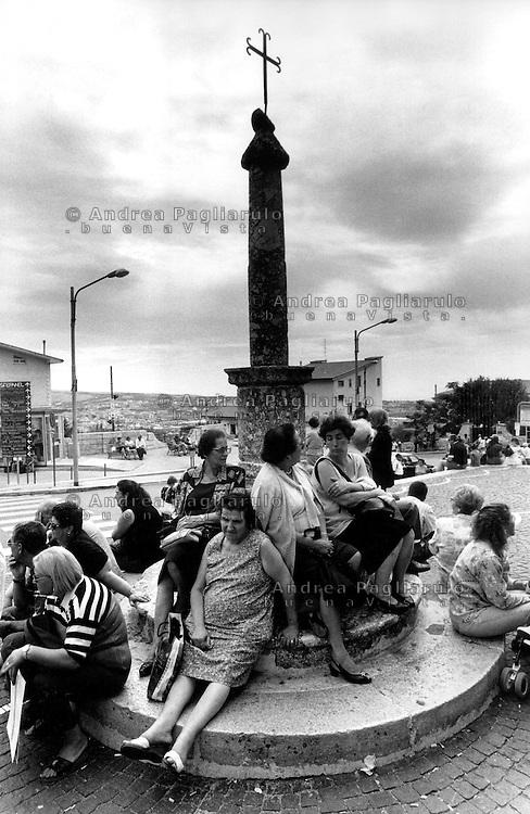 Italia, San Giovanni Rotondo (FG).<br /> Pellegrini davanti il Santuario di S.Maria delle Grazie.<br /> Italy, San Giovanni Rotondo (FG).<br /> Pilgrims in front of  The Sanctuary of Santa Maria delle Grazie.
