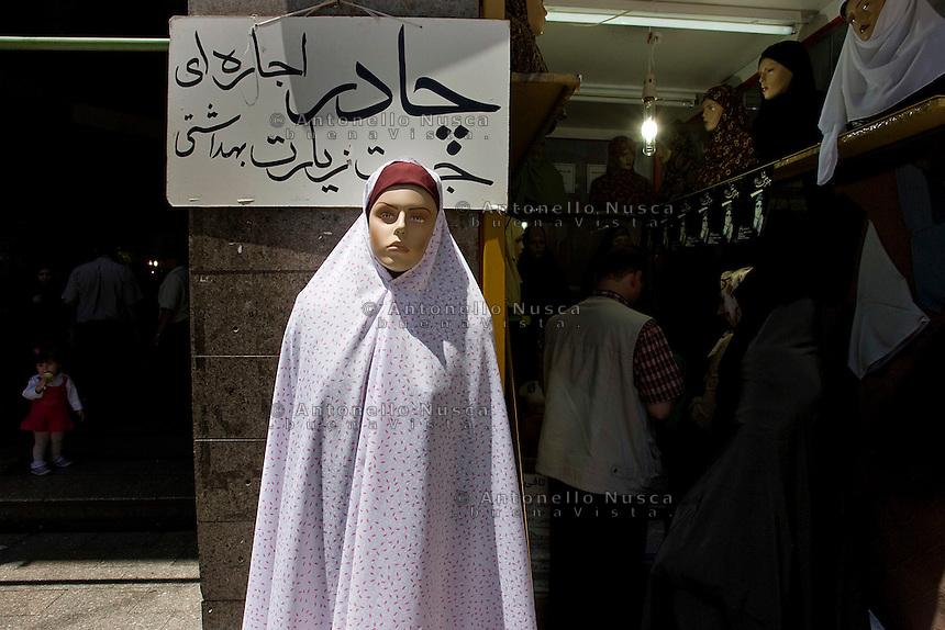 Un negozio di abbigliamento di Teheran. Normal life in Tehran.