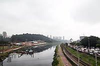 SAO PAULO, SP - 20.10.2014 - CLIMA TEMPO SP - São Paulo amanhece com clima parcialmente nublado na manhã desta segunda-feira (20) mas sem previsão de chuva. A zona sul da capital apresenta céu cinza e com pontos de neblina.<br /> <br /> (foto: Fabricio Bomjardim / Brazil Photo Press)