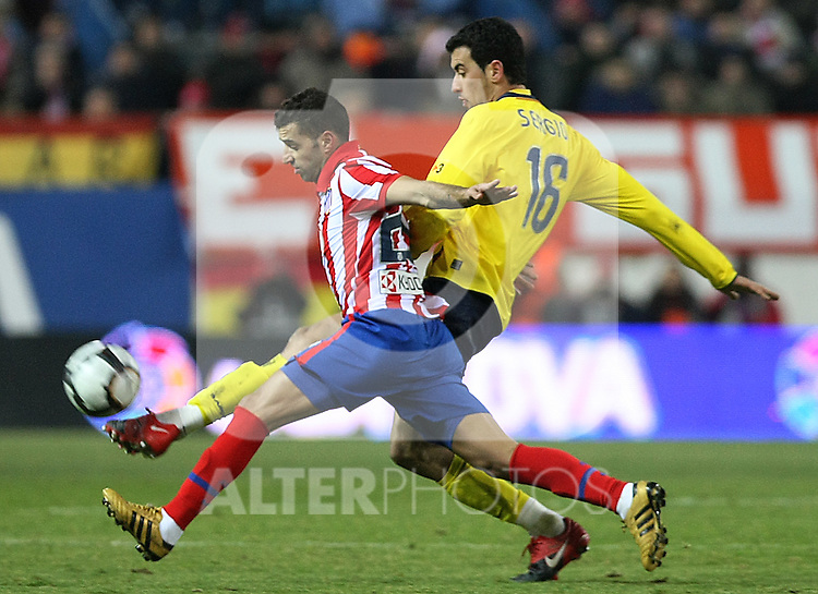 Atletico de Madrid's Simao Sabrosa (l) and FC Barcelona's Sergio Busquets during La Liga match.(ALTERPHOTOS/Acero)