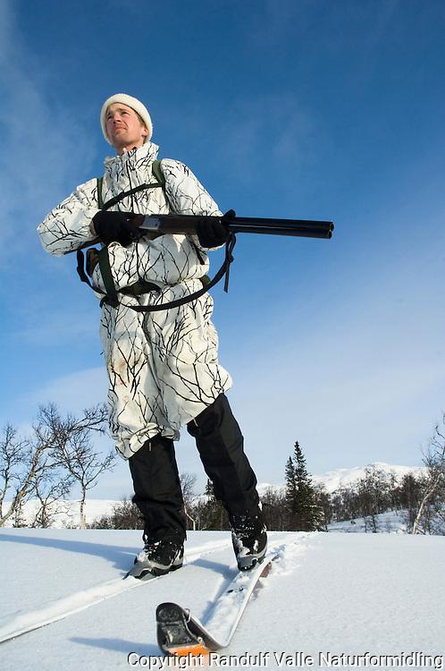 Jeger med kamuflasjedress en fin vinterdag ---- Hunter in winter
