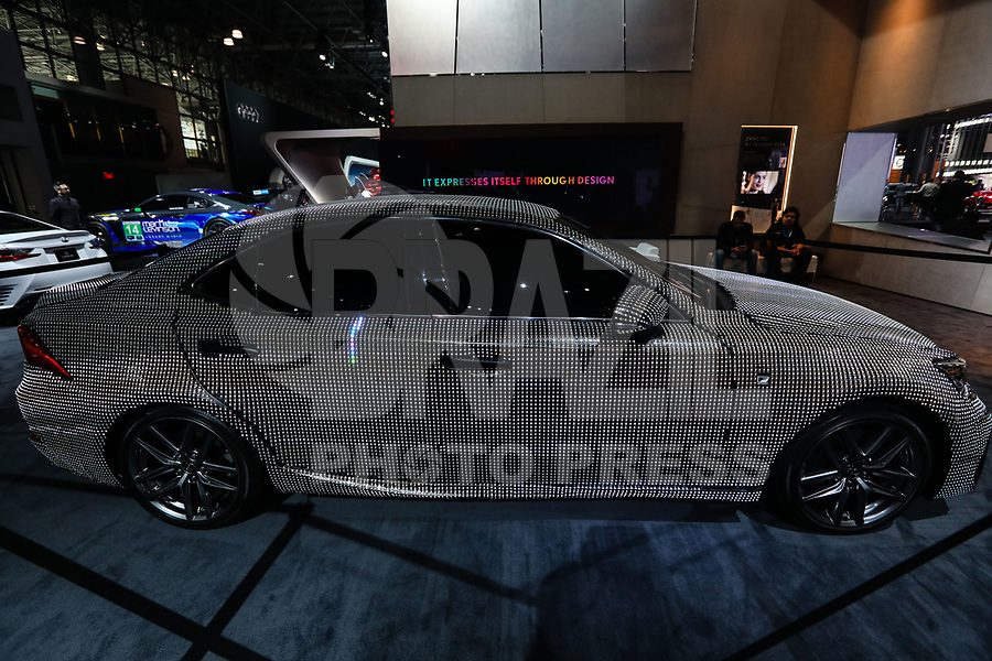 NEW YORK, EUA, 13.04.2017 - AUTOMÓVEL-NEW YORK -  Lexus IS Wrapped In Almost 42,000 LEDs display é visto durante o New York Internacional Auto Show no Javits Center na cidade de New York nesta quinyta-feira, 13. O evento é aberto ao público do dia 14 à 23 de abril de 2017 . (Foto: Vanessa Carvalho/Brazil Photo Press)
