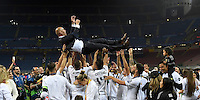 Calcio, finale di Champions League: Real Madrid vs Atletico Madrid. Stadio San Siro, Milano, 28 maggio 2016.<br /> Real Madrid's coach Zinedine Zidane is thrown into the air by his players at the end of the Champions League final match against Atletico Madrid, at Milan's San Siro stadium, 28 May 2016. Real Madrid won 5-4 on penalties after the game ended 1-1.<br /> UPDATE IMAGES PRESS/Isabella Bonotto