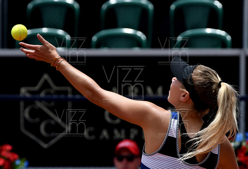 BOGOTÁ-COLOMBIA, 13-04-2019: Amanda Anisimova (USA), se prepara para servir a Beatriz Haddad (BRA), durante partido por la semifinal del Claro Colsanitas WTA, que se realiza en el Carmel Club en la ciudad de Bogotá. / Amanda Anisimova (USA), prepares to serves to Beatriz Haddad (BRA), during a match for the semifinal of the WTA Claro Colsanitas, which takes place at Carmel Club in Bogota city. / Photo: VizzorImage / Luis Ramírez / Staff.