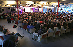 Foto: VidiPhoto<br /> <br /> VEENENDAAL - In het Ichthus College in Veenendaal is vrijdagavond de geheel vernieuwde poplezing  &quot;What on earth...&quot; van de stichting Jij daar! gehouden, de eerste in een serie van vijf, waarbij zo'n duizend belangstellenden aanwezig waren. Gewaarschuwd wordt tegen de dubieuze en subtiele invloeden van popmuziek in het denken en doen van mensen, voornamelijk bij dat van jongeren. Bezoekers worden in woord en beeld en met Nederlandse ondertiteling, geconfronteerd met de muziek waar zijn naar luisteren. Uit regelmatige steekproeven in christelijke media wordt namelijk duidelijk dat bijna 90 procent van de reformatorische jongeren regelmatig naar popmuziek luistert. Ex-dj Koos de Jong uit Leersum legt als ervaringdeskundige uit dat muziek niet neutraal is, maar altijd een boodschap overbrengt en zo ook subtiel in muziek wordt verwerkt. Zo wordt onder andere de laatste clip &quot;Where are u now&quot; van Justin Bieber tienmaal vertraagd afgespeeld, waardoor occulte beeldboodschappen worden ontmaskerd. Daarnaast wijst De Jong op de noodzaak van geloof en bekering, met als gevolg dat er vanzelf een andere muzieksmaak ontstaat.