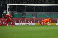 Guillermo Varela (Eintracht Frankfurt) scheitert an Torwart Yann Sommer (Borussia Mönchengladbach) - 25.04.2017: Borussia Moenchengladbach vs. Eintracht Frankfurt, DFB-Pokal Halbfinale, Borussia Park