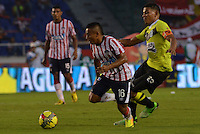 BARRANQUIILLA -COLOMBIA-01-09-2013. Vladimir Hernandez (I) del Junior disputa el balón con Alexander Mejia (D) del Nacional en partido válido por la fecha 8 de la Liga Postobón II 2013 jugado en el estadio Metropolitano de la ciudad de Barranquilla./ Junior player Vladimir Hernandez (L) fights for the ball with Nacional player Alexander Mejia (R) during match valid for the 8th date of the Postobon League II 2013 played at Metropolitano stadium in Barranquilla city.  Photo: VizzorImage/Alfonso Cervantes/STR