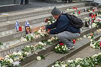 Gedenken am Dienstag den 19. Dezember 2017 anlaesslich des 1. Jahrestag des Terroranschlag auf den Weihnachtsmarkt auf dem Berliner Breitscheidplatz am 19.12.2016 durch den Terroristen Anis Amri.<br /> Im Bild: Ein Mann stellt eine Kerze an der Gedenkstaette auf.<br /> 19.12.2017, Berlin<br /> Copyright: Christian-Ditsch.de<br /> [Inhaltsveraendernde Manipulation des Fotos nur nach ausdruecklicher Genehmigung des Fotografen. Vereinbarungen ueber Abtretung von Persoenlichkeitsrechten/Model Release der abgebildeten Person/Personen liegen nicht vor. NO MODEL RELEASE! Nur fuer Redaktionelle Zwecke. Don't publish without copyright Christian-Ditsch.de, Veroeffentlichung nur mit Fotografennennung, sowie gegen Honorar, MwSt. und Beleg. Konto: I N G - D i B a, IBAN DE58500105175400192269, BIC INGDDEFFXXX, Kontakt: post@christian-ditsch.de<br /> Bei der Bearbeitung der Dateiinformationen darf die Urheberkennzeichnung in den EXIF- und  IPTC-Daten nicht entfernt werden, diese sind in digitalen Medien nach §95c UrhG rechtlich geschuetzt. Der Urhebervermerk wird gemaess §13 UrhG verlangt.]