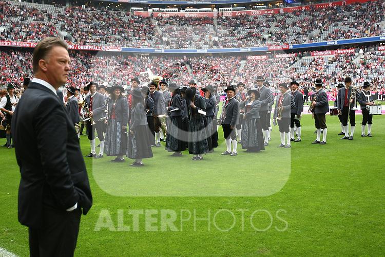 18.09.2010, Allianz Arena, Muenchen, GER, 1.FBL, FC Bayern Muenchen vs 1.FC Koeln, im Bild Louis van Gaal (Trainer Bayern) vor Blaskapelle , Foto © nph / Straubmeier