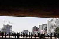 ATENCAO EDITOR: IMAGEM EMBARGADA PARA VEICULOS INTERNACIONAIS - SAO PAULO, 15 DE SETEMBRO 2012 - EXPOSICAO CARAVAGGIO - Paulistanos enfrentam fila de mais de uma hora para acompanhar a exposição de Caravaggio no Museu de São Paulo, o Masp, na Avenida Paulista, neste sabado, 15. FOTO: WILLIAM VOLCOV - BRAZIL PHOTO PRESS.