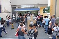 SAO PAULO, SP, 07.05.2014 -  ULTIMO DIA PARA ATUALIZAÇAO DO TITULO ELEITORAL - Fila no Cartório da Avenida Maria Amália Lopes de Azevedo, no Tremembé, para renovar o titulo eleitoral, prazo se encerra hoje, na tarde desta quarta-feira, 07, na regiao norte da cidade de Sao Paulo . (Foto: Andre Hanni /Brazil Photo Press).