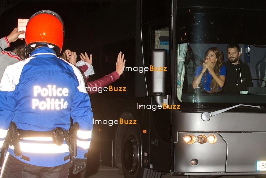 EXCLUSIF : TAL salue ses fans depuis son bus, &agrave; la sortie de son concert &agrave; Forest National &agrave; Bruxelles.<br /> Belgique, Bruxelles, 2 novembre 2014.