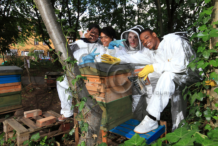 Zoe Palmer, 33 years old and single, founded three years ago a social enterprise, Thegoldenco, which has as its objective helping disadvantaged youths and developing an entrepreneurial spirit through beekeeping and the sale of honey. In the photo, from left to right: Devente Knight, Zoe, Lakshmi Greco, Ezekiel Barzey.