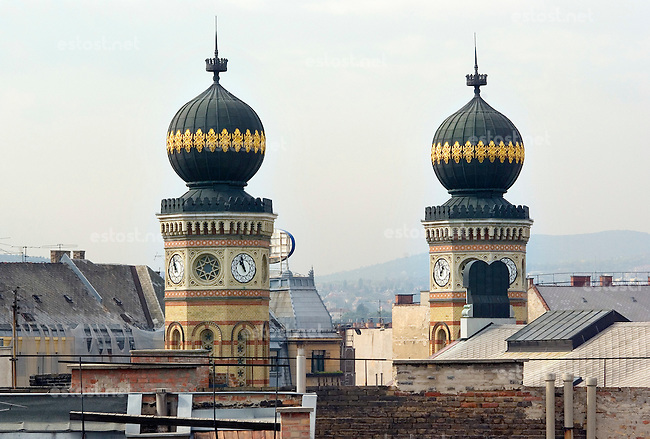 "UNGARN, 10.2007.Budapest - VII. Bezirk .Umstrittene Sanierung des UNESCO-geschuetzten juedischen Viertels der Elisabethstadt (Erzsébetváros):  Blick ueber die Daecher auf die Tuerme  der Grossen Synagoge Dohany utca. | Disputed renewal of the UNESCO protected old Jewish quarter of the ""Elizabethtown"" district: Across the roof tops the towers of the Great Synagogue in Dohany street is seen. © Martin Fejer/EST&OST"