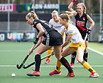 AMSTELVEEN - Hockey - Hoofdklasse competitie dames. AMSTERDAM-DEN BOSCH (3-1). Jacky Schoenaker (A'dam) met Sian Keil (Den Bosch). COPYRIGHT KOEN SUYK