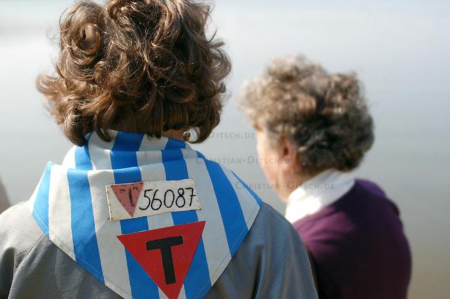 Gedenken zum 60. Jahrestag der Befreiung des Frauen-KZ Ravensbrueck<br /> Am Sonntag den 17. April 2005 wurde mit einer Feierlichkeit des 60. Jahrestages der Befreiung des Frauen-Konzentrationslagers im brandenburgischen Ravensbrueck im April 1945 gedacht. Frauen aus Polen, der Ukarine, Russland, Frankreich, Israel, Spanien und Italien gedachten ihrer im KZ ermordeten Leidensgenossinen.<br /> Eingeladen zur Feier waren auch eingige der Befreier und Befreierinnen.<br /> 17.4.2005, Ravensbrueck<br /> Copyright: Christian-Ditsch.de<br /> [Inhaltsveraendernde Manipulation des Fotos nur nach ausdruecklicher Genehmigung des Fotografen. Vereinbarungen ueber Abtretung von Persoenlichkeitsrechten/Model Release der abgebildeten Person/Personen liegen nicht vor. NO MODEL RELEASE! Nur fuer Redaktionelle Zwecke. Don't publish without copyright Christian-Ditsch.de, Veroeffentlichung nur mit Fotografennennung, sowie gegen Honorar, MwSt. und Beleg. Konto: I N G - D i B a, IBAN DE58500105175400192269, BIC INGDDEFFXXX, Kontakt: post@christian-ditsch.de<br /> Bei der Bearbeitung der Dateiinformationen darf die Urheberkennzeichnung in den EXIF- und  IPTC-Daten nicht entfernt werden, diese sind in digitalen Medien nach &sect;95c UrhG rechtlich geschuetzt. Der Urhebervermerk wird gemaess &sect;13 UrhG verlangt.]