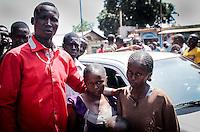 Anti-Balaka-Aktivist Emotion (rotes Hemd) bei der Übergabe von drei muslimischen Geiseln im Kindesalter (rechts) in Bangui, Zentralafrikanische Republik.