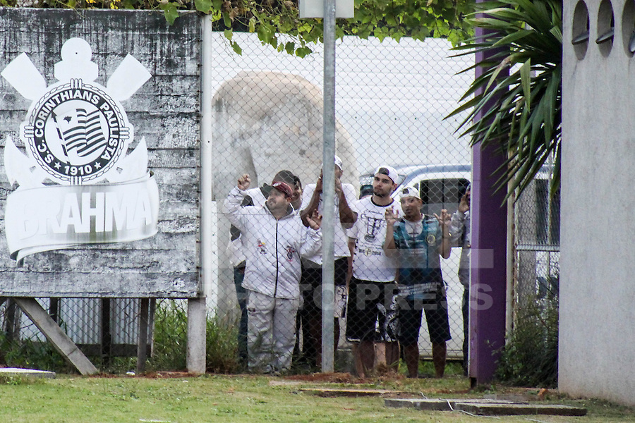 SÃO PAULO, SP, 15.05.2015 - FUTEBOL-CORINTHIANS -Torcedores prtotestam durante sessão de treinamento no Centro de Treinamento Joaquim Grava na região leste de São Paulo nesta sexta-feira, 15. (Foto: Marcos Moraes / Brazil Photo Press).