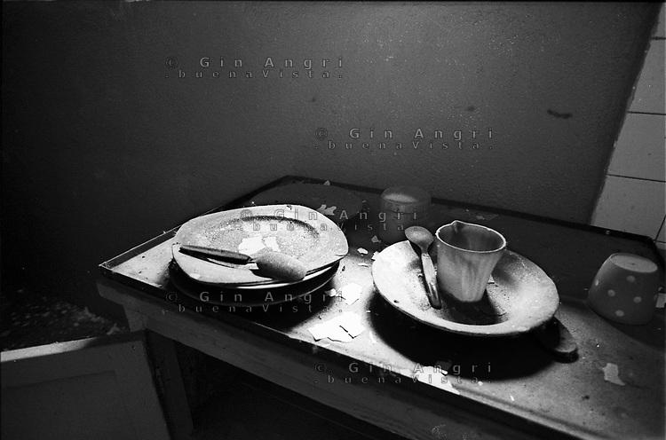 nelle cucine dell'ex carcere san Donnino di Como. Piatti e stoviglie