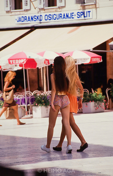 Girls in mni skirts.