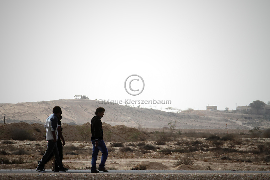 A group of African asylum seekers, walks around the detention center Holot, in the Negev dessert in Israel. Around 350 African refugees are been held in Holot detention center, despite big demonstrations held in Tel Aviv and Jerusalem against the detention. Photo: Quique Kierszenbaum