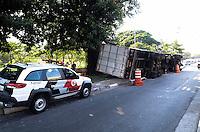 SAO PAULO, SP, 06 DEZEMBRO 2012 - ACIDENTE CAMINHAO - Um caminhao tombou na alça de assesso da Marginal Tiete para Av. Cruzeiro do Sul.FOTO: ADRIANO LIMA / BRAZIL PHOTO PRESS).