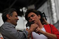 SAO PAULO, SP, 01/05/2014, FESTA DO TRABALHADOR. Acontece hoje (1) Dia do Trabalhador, a Festa da Central Sindical na Pca Campos de Bagatelli no bairro de Santana. Na foto o Senador Aecio Neves com o personagem da Presidente Dilma do programa Panico. LUIZ GUARNIERI/BRAZIL PHOTO PRESS.