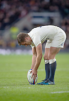 Twickenham, United Kingdom. George FORD, places the ball, during the Old Mutual Wealth Series Rest Match: England vs Australia, at the RFU Stadium, Twickenham, England, <br /> <br /> Saturday  03/12/2016<br /> <br /> [Mandatory Credit; Peter Spurrier/Intersport-images]