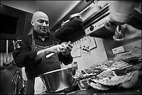 Europe/France/Bretagne/22/Côtes d'Armor/Saint-Brieuc: Jean-Marie Baudic en cuisine dans son restaurant: Youpala Bistrot<br /> Ouverture des coquilles Saint-Jacques [Non destiné à un usage publicitaire - Not intended for an advertising use]