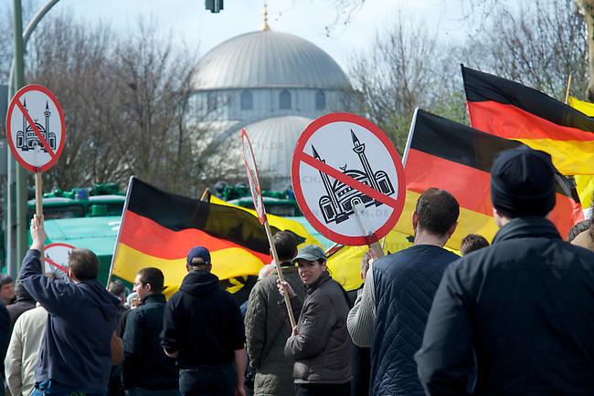 Die extrem rechte Partei Pro-NRW und die neofaschistische NPD protestierten am Sonntag dn 28.Maerz 2010 mit getrennten Demonstrationen gegen die Merkez-Moschee in Duisburg-Marxloh. Gegen die rechten Demonstrationen protestierten mehr als tausend Menschen aus dem Stadtteil und linken Organisationen mit Demonstrationen und Sitzblockaden auf den Demonstrationsrouten der Rechten. An den rechten Demonstrationen nahmen jeweils ca. 150 Personen teil.<br />Hier: Die Demonstration der extrem rechten Partei Pro-NRW. Im Hintergrund die Merkez-Moschee.<br />28.3.2010, Duisburg <br />Copyright: Christian-Ditsch.de<br />[Inhaltsveraendernde Manipulation des Fotos nur nach ausdruecklicher Genehmigung des Fotografen. Vereinbarungen ueber Abtretung von Persoenlichkeitsrechten/Model Release der abgebildeten Person/Personen liegen nicht vor. NO MODEL RELEASE! Don't publish without copyright Christian-Ditsch.de, Veroeffentlichung nur mit Fotografennennung, sowie gegen Honorar, MwSt. und Beleg. Konto: I N G - D i B a, IBAN DE58500105175400192269, BIC INGDDEFFXXX, Kontakt: post@christian-ditsch.de Urhebervermerk wird gemaess Paragraph 13 UHG verlangt.]