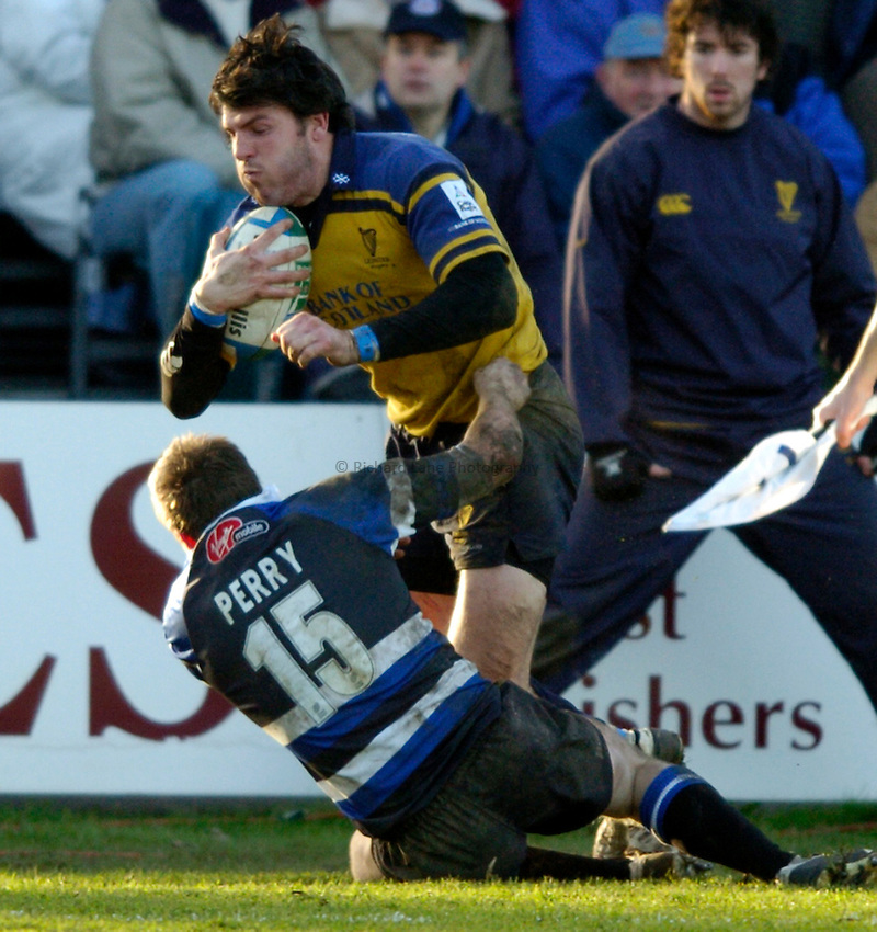 Photo: Richard Lane..Bath Rugby v Leinster. Heineken Cup. 08/01/2005..Shane Horgan attacks as Matt Perry tackles.