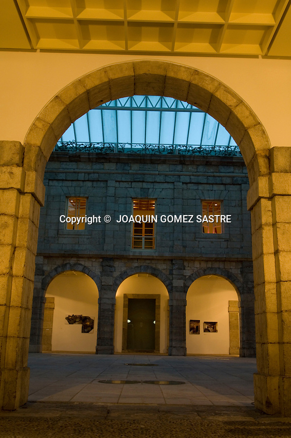 .Vista del patio interior del parlamento de Cantabria desde la entrada principal.FOTO JOAQUIN GOMEZ SASTRE ©.