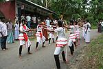 danze nel villaggio dei produttori di noce moscata e chiodi di garofano