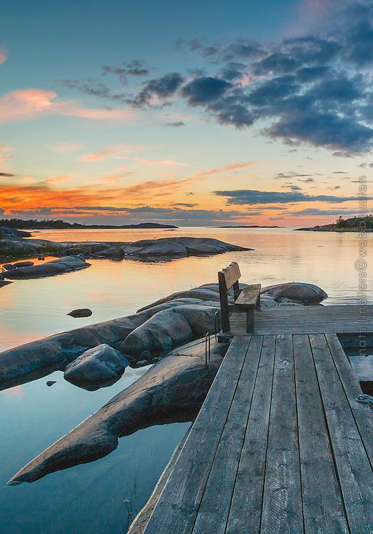 Bänk på en brygga vid havet på Arholma i Roslagen Stockholms skärgård. / Archipelago Stockholm Sweden