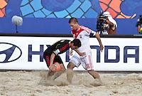 RAVENNA, ITALIA, 08 DE SETEMBRO DE 2011 - COPA DO MUNDO DE BEACH SOCCER - Ilya Leonov da Russia(branco) durante de partida contra o México(preto), válida pelas quartas de final da Copa do Mundo de Beach Soccer, no Estádio Del Mare, em Ravenna, Itália, nesta quinta-feira (8). FOTO: VANESSA CARVALHO - NEWS FREE