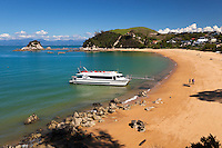 New Zealand, South Island, Nelson region: Little Kaiteriteri beach with ferry | Neuseeland, Suedinsel, Region Nelson: Little Kaiteriteri Beach